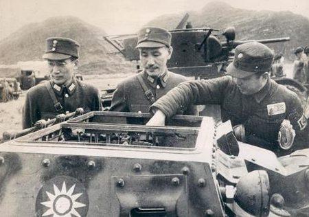 Чан Кайши осматривает танкетку. 1938 г.