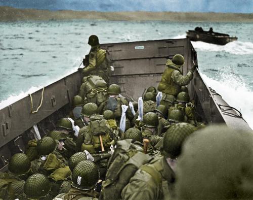 Канадские солдаты в десантном корабле LCA в Нормандии. 6 июня 1944 г.