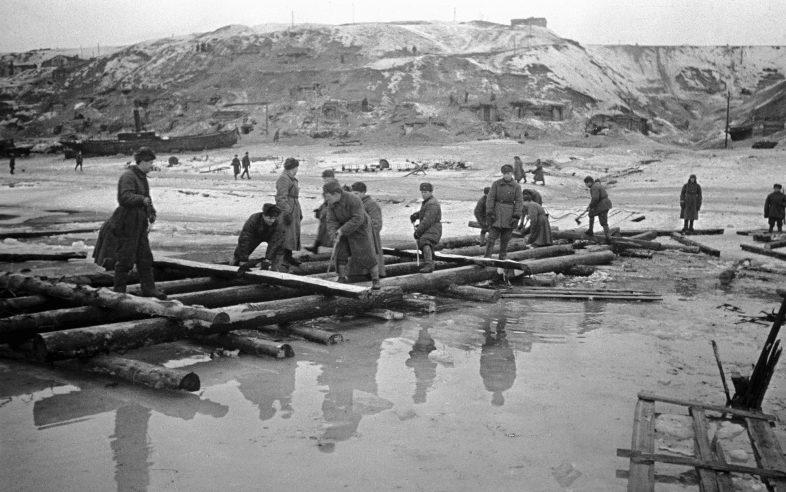 Переправа через Волгу в Сталинграде. Октябрь 1942 г.