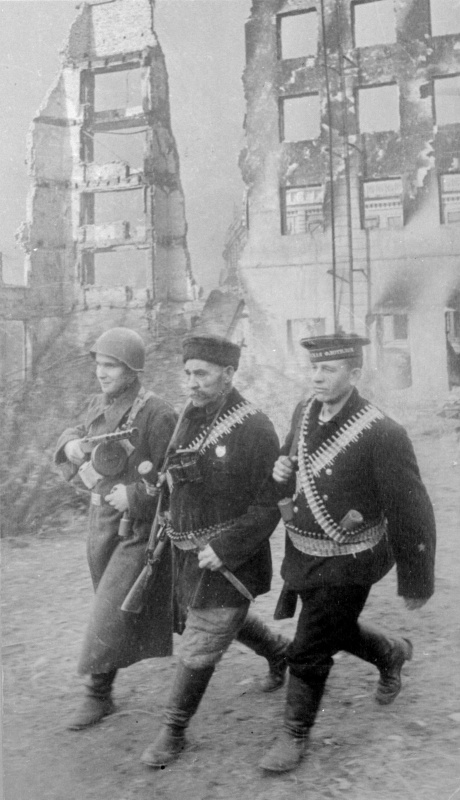 Патруль на улице города. Октябрь 1942 г.
