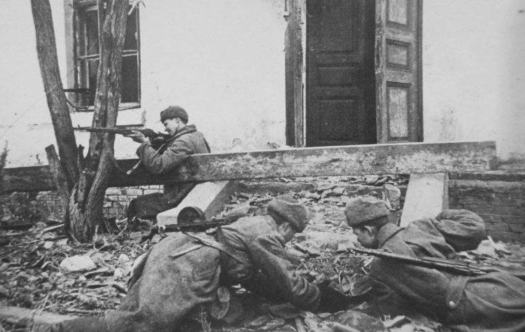 Советские саперы минируют входы в здание. Ноябрь 1942 г.