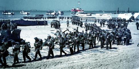 Канадские солдаты на пляже Юнона в Нормандии. 6 июня 1944 г.