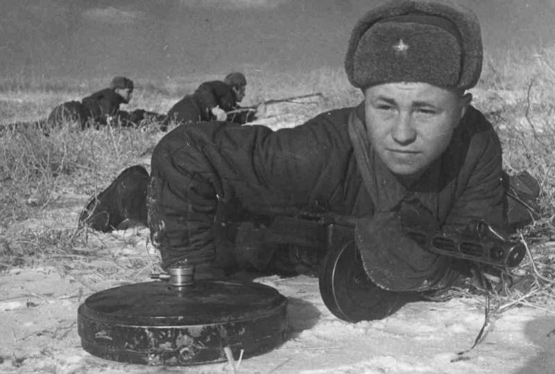 Советские саперы расчищают передний край обороны от вражеских мин. Ноябрь 1942 г.