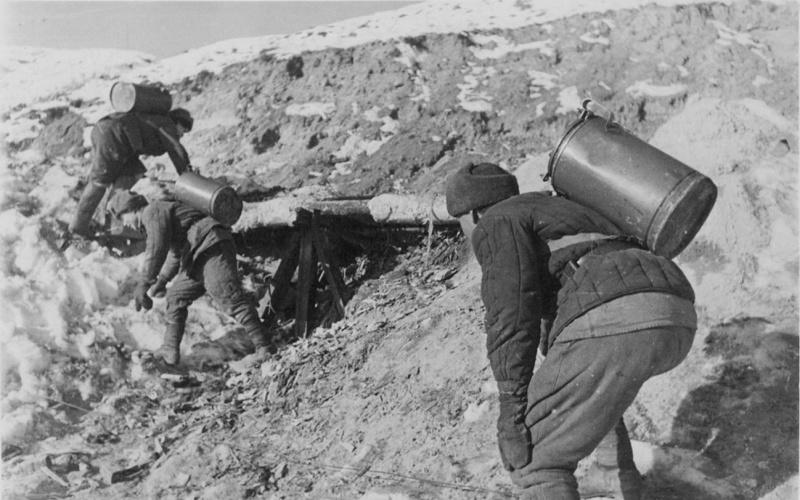Красноармейцы с горячим питанием идут на передовую. Ноябрь 1942 г.