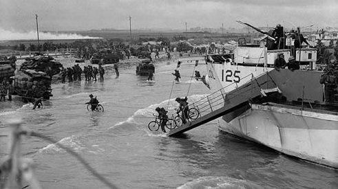 Канадские войска высаживаются на пляже «Нан Уайт» в Берньер-сюр-Мер. 6 июня 1944 г.