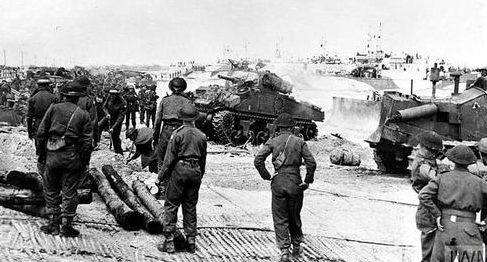 Танки Шерман из 27-го канадского танкового полка выходят на берег на пляже Нэн Уайт. Франция, 6 июня 1944 г.