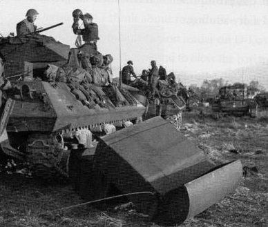 Канадские танкисты снимают гидроизоляцию со своих танков после высадки. 6 июня 1944 г.
