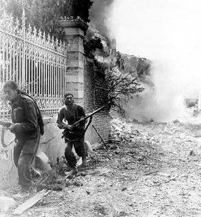 Канадские солдаты у немецкого опорного пункта WN-27 в Санкт - Обен-сюр-Мер. 6 июня 1944 г.