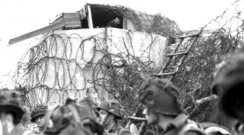 Солдаты 3-й пехотной дивизии у захваченного бункера в районе французской деревни Берьер-Сюр-Мер. 6 июня 1944 г.