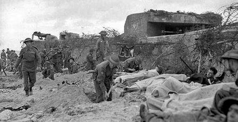 В ожидании эвакуации. Пляж Юнона. 6 июня 1944 года.