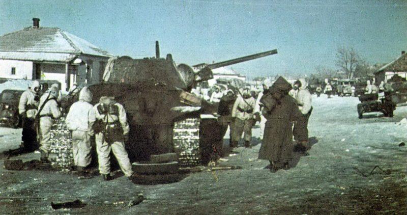Немецкие солдаты у подбитого советского танка Т-34 в поселке Верхне-Кумский. Декабрь 1942 г.