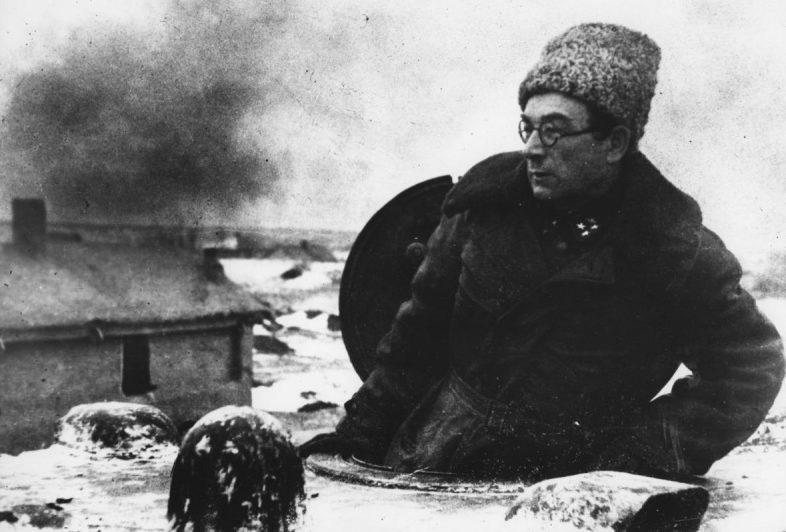 Командующий 7-м танковым корпусом генерал-лейтенант Ротмистров на танке КВ-1 в Котельниково. Декабрь 1942 г.