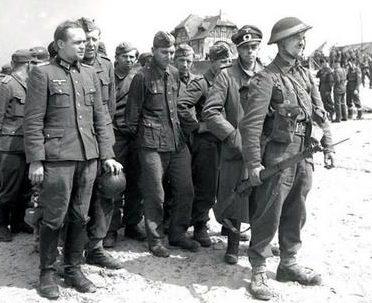 Канадцы охраняют немецких военнопленных в Бернье-сюр-Мер. Франция, 6 июня 1944 г.