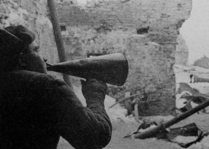 Пропагандист Красной Армии призывает капитулировать немцев, окруженных в Сталинграде. Декабрь 1942 г.