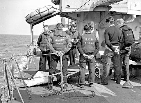 Похороны в море канадского моряка, погибшего во время вторжения во Францию. 8 июня 1944 г.
