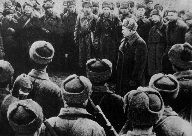 Никита Хрущев выступает перед бойцами Красной Армии. Декабрь 1942 г.