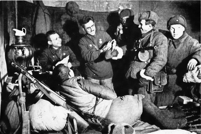 Бойцы 13-й гвардейской стрелковой дивизии в часы отдыха. Декабрь 1942 г.