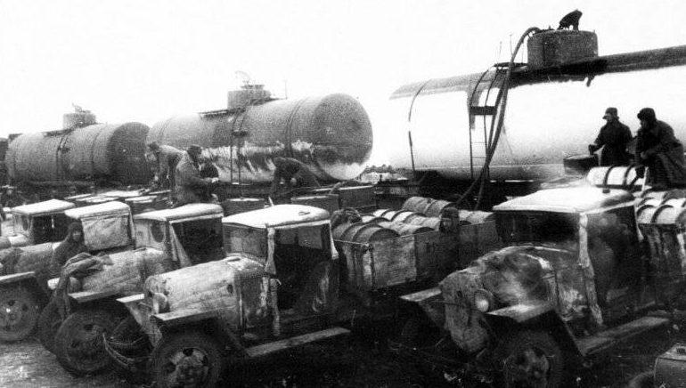 Грузовики ГАЗ-ММ, используемые в качестве бензовозов, во время заправки на одной из станций под Сталинградом. Декабрь 1942 г.