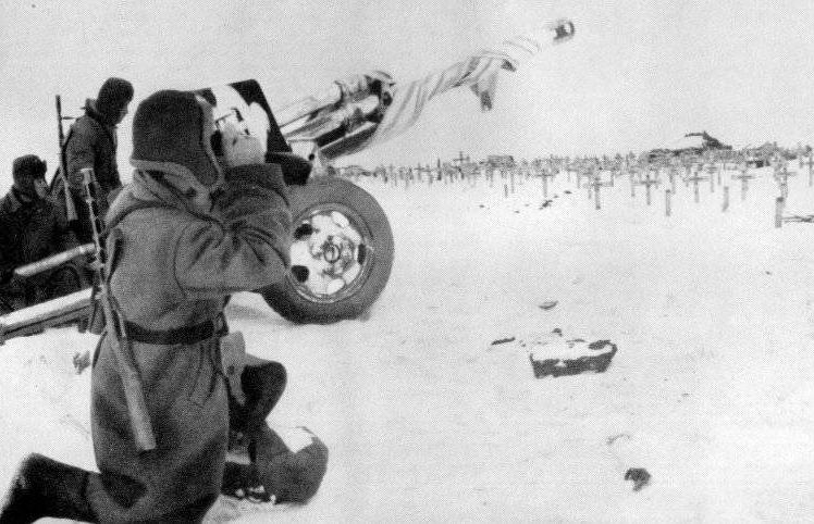 Советские артиллеристы у немецкого военного кладбища. Декабрь 1942 г.
