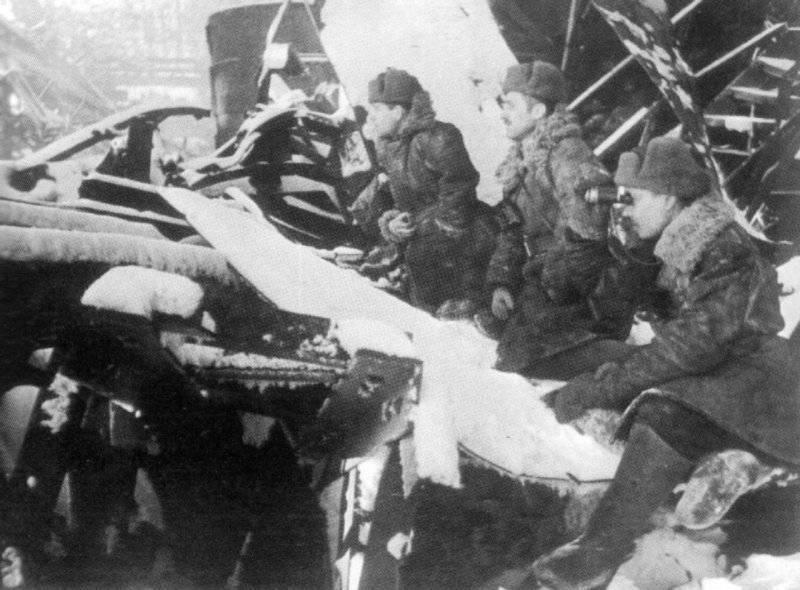 Советские офицеры на наблюдательном пункте на заводе «Красный Октябрь». Декабрь 1942 г.
