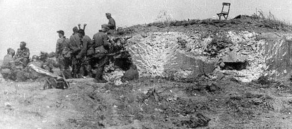 Егеря дивизии «Эдельвейс» у одного из захваченных ДОТов.
