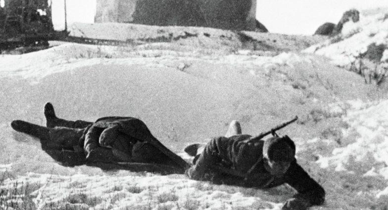 Санинструктор выносит раненого в Сталинграде. Декабрь 1942 г.