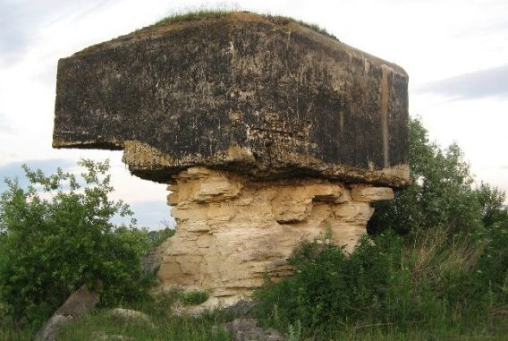 ДОТ на остатках разрушающейся известняковой скалы около села Деражня.