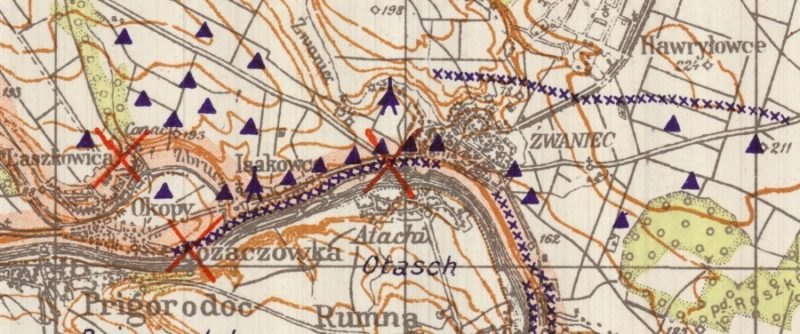 Фрагмент немецкой карты УРа в районе Жванца. Треугольниками обозначены ДОТы. Линии синих крестиков - проволочные заграждения.