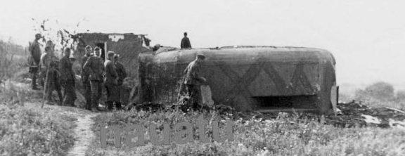 Трехамбразурный ДОТ в районе села Гармацкое в годы войны и сегодня.