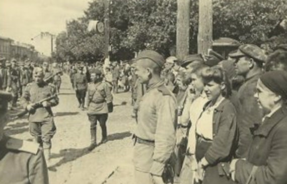 Киевляне рассматривают пленных немцев.