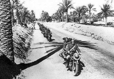 Колонна итальянских мотоциклистов-берсальеров в Ливии. 1936 г.