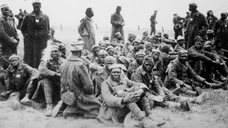 Пленные солдаты колониальных частей французской армии в лагере «Stalag III A, Luckenwalde». 1940 г.