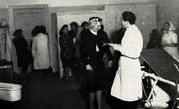 Проститутки Неаполя на медицинском обследовании в американской военной части. 1944 г.