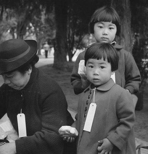 Японская семья, получившая специальные бирки перед переселением.