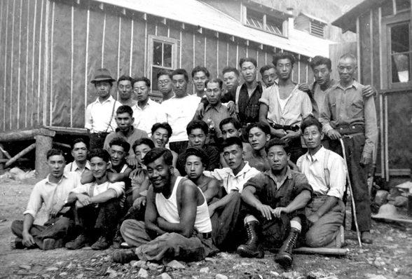 Японские мужчины, интернированные в дорожный лагерь на озере Гриффин. Июль 1942 г.