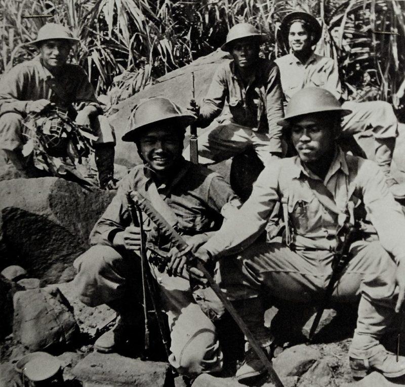 Филиппинский патруль в джунглях.
