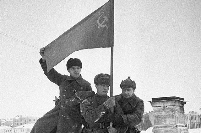 Красное знамя над городом.