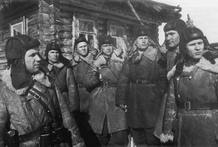 Советские танкисты перед наступлением.