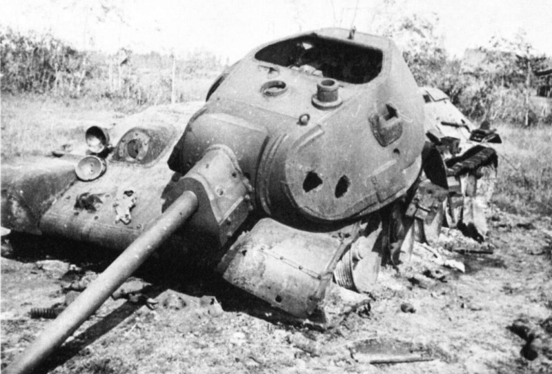 Уничтоженный танк Т-34 10-й в районе Можайска. Октябрь 1941 г.