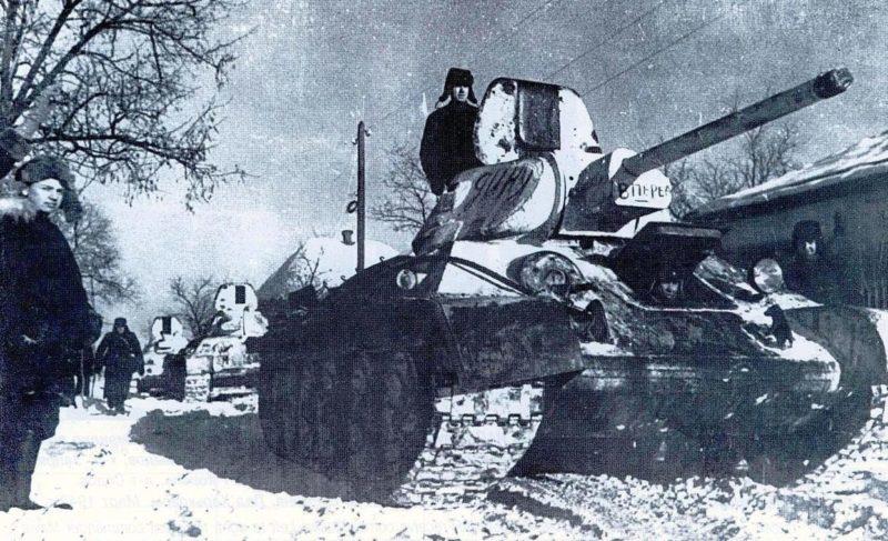 Колонна советских танков Т-34 входит в город Изюм.