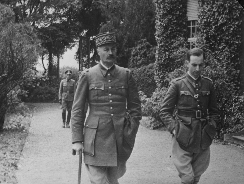 Пленный французский генерал Анри Жиро на прогулке в Германии. 1940 г.