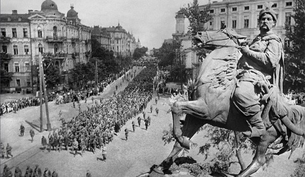 Колонны немецких пленных на улицах Киева.