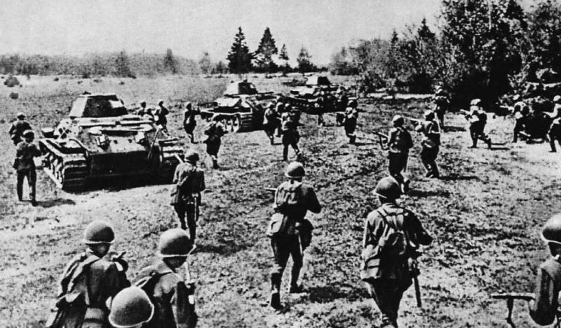 Советские войска в атаке.