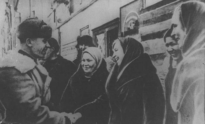 Жители Калинина встречают освободителей