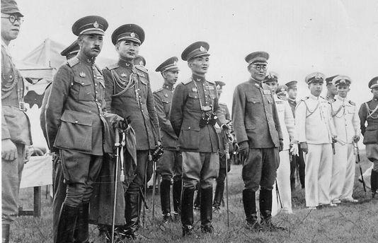 Японские и тайские офицеры.