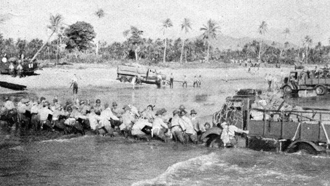 Японские войска высаживаются на остров Яву.