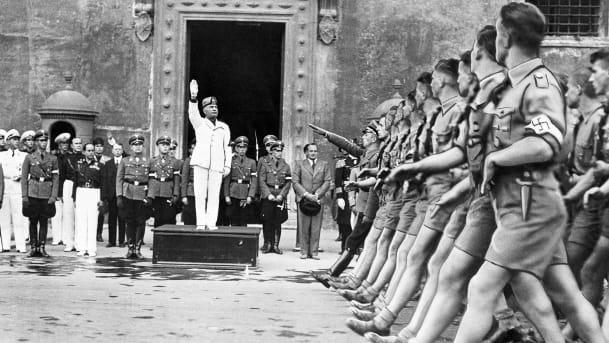 Бенито Муссолини приветствует нацистскую молодежь. Рим, октябрь 1936 г.