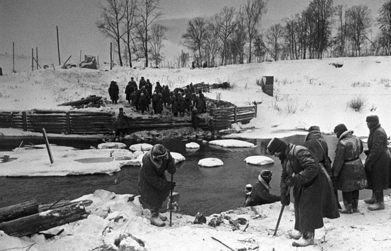 Саперы наводят мост у Наро-Фоминска, после его освобождения.
