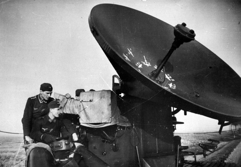 Расчет немецкого радара FuMG 62 «Wurzburg» на северном побережье Франции. 1940 г.