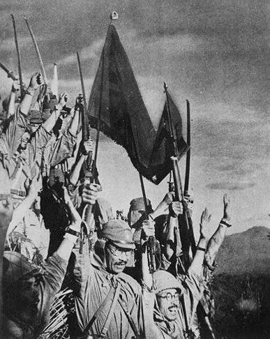 Японские солдаты празднуют победу в битве за Батаан.